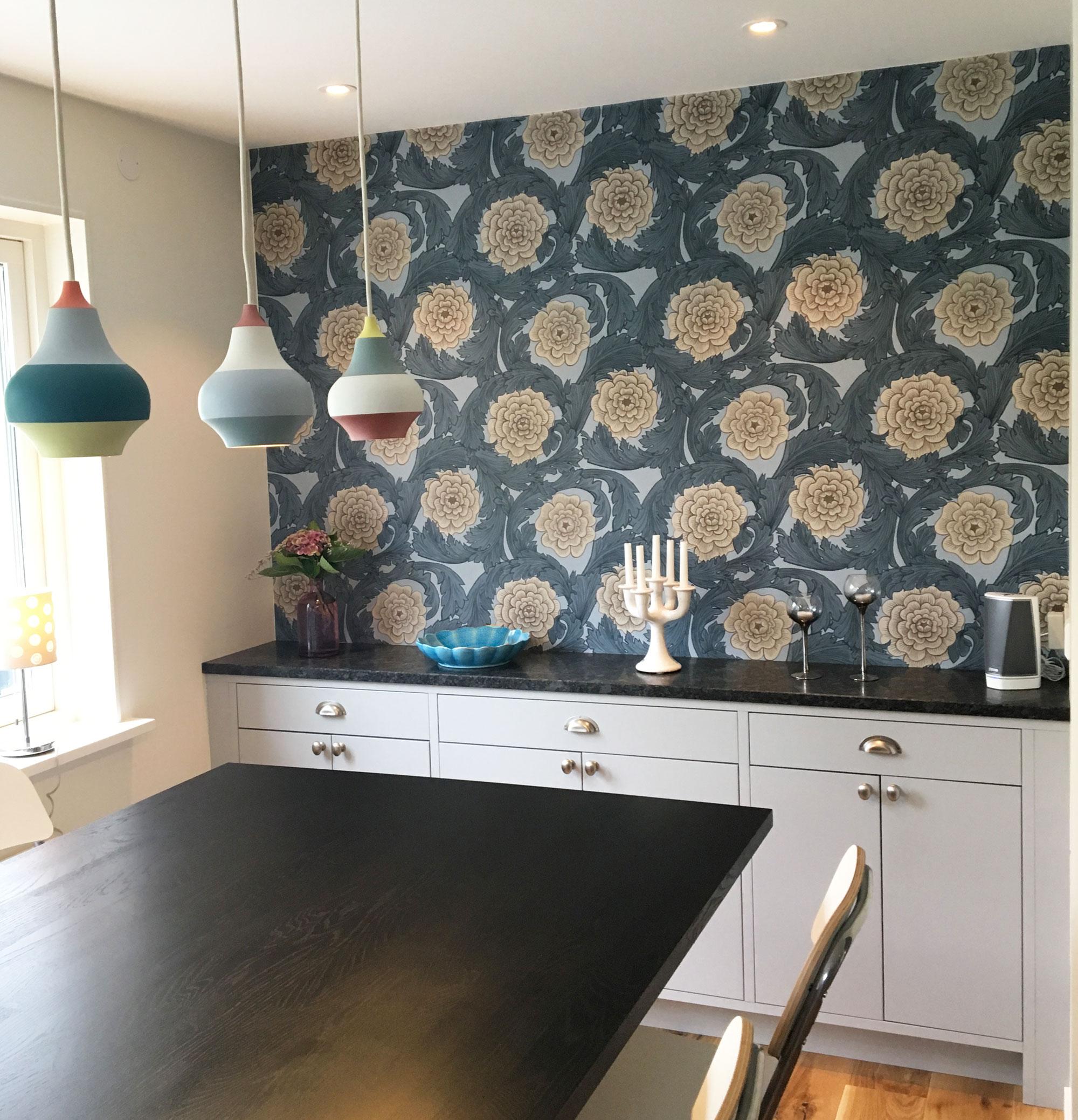 Kök-med-tapet-öppen-planlösning-blomstermåla-midbec-tapeter