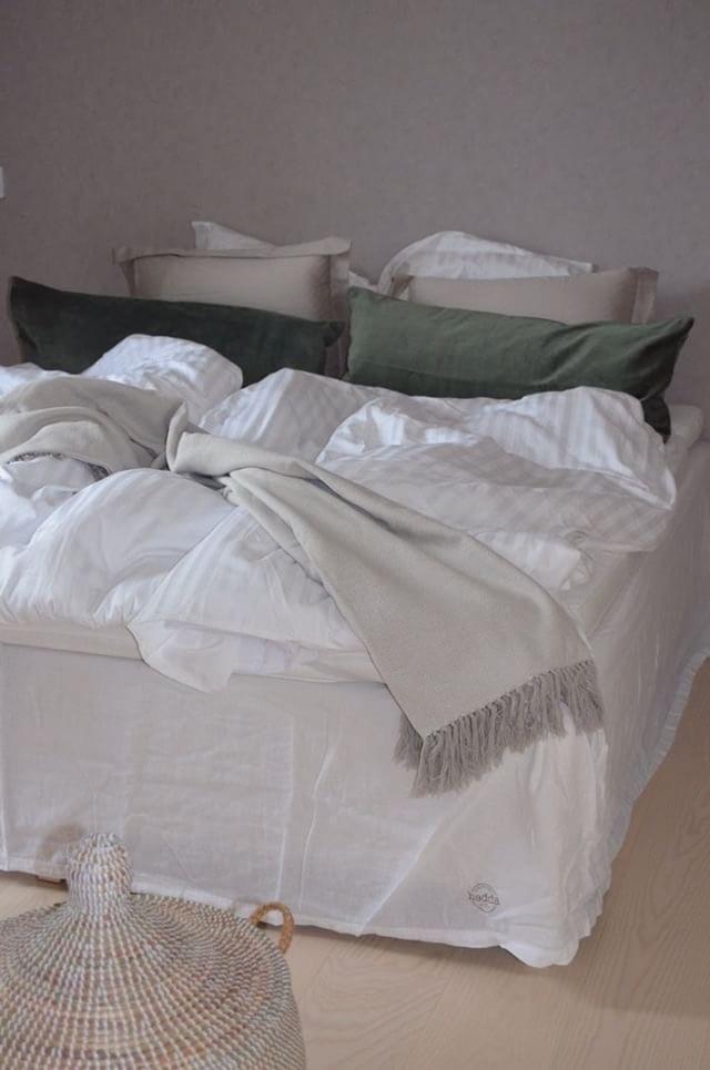 Så fixar du den skandinaviska stilen i sovrummet säng midbec tapeter