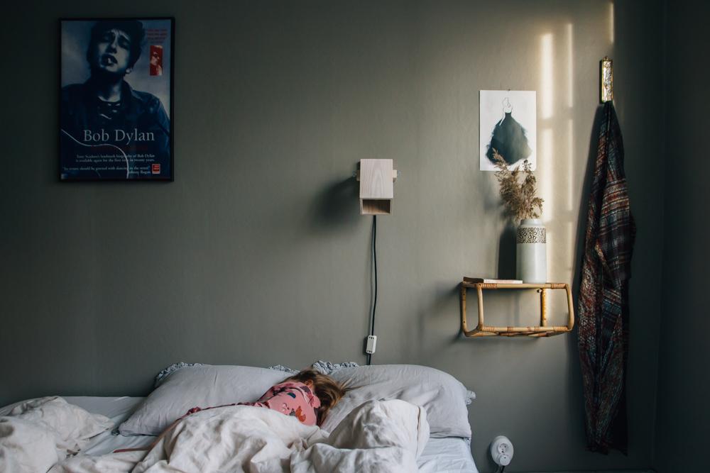 belysning som sätter stämningen sänglampa midbec tapeter