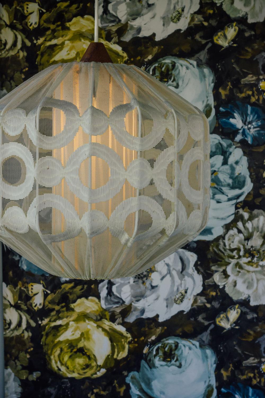belysning som sätter stämningen taklampa midbec tapeter