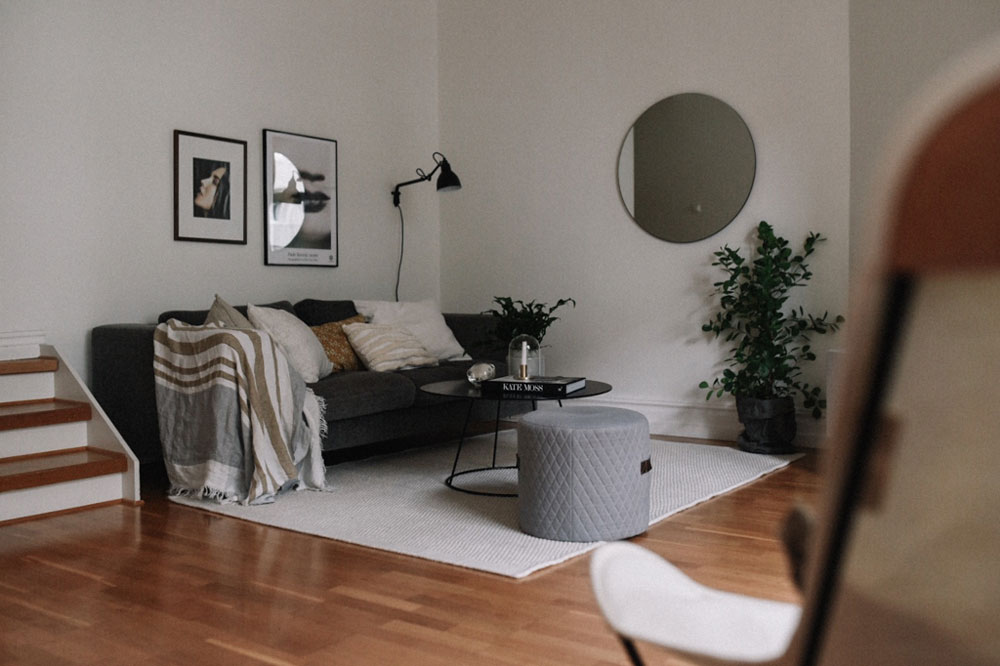 hemma-hos-sekelskiftestvåa-vardagsrum-soffa-midbec-tapeter