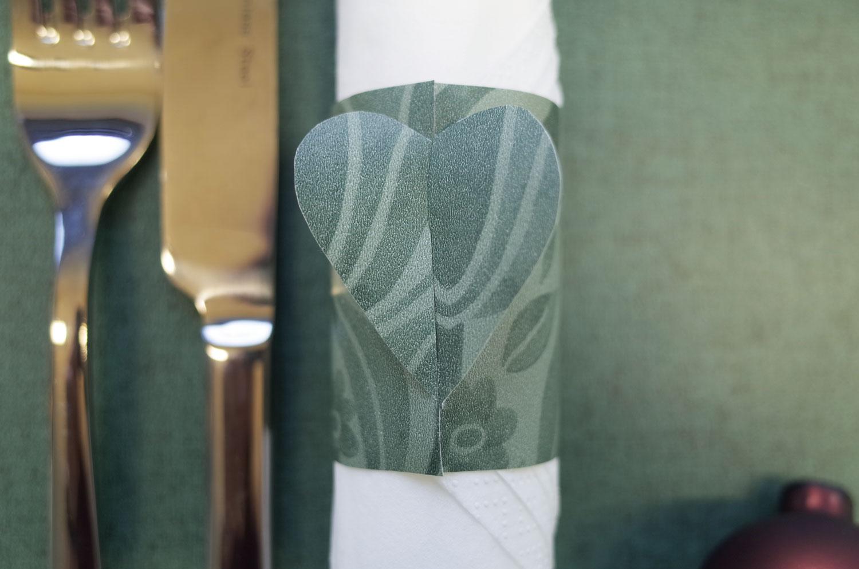 juldukning-servettring-av-papper-hjärta-midbec-tapeter