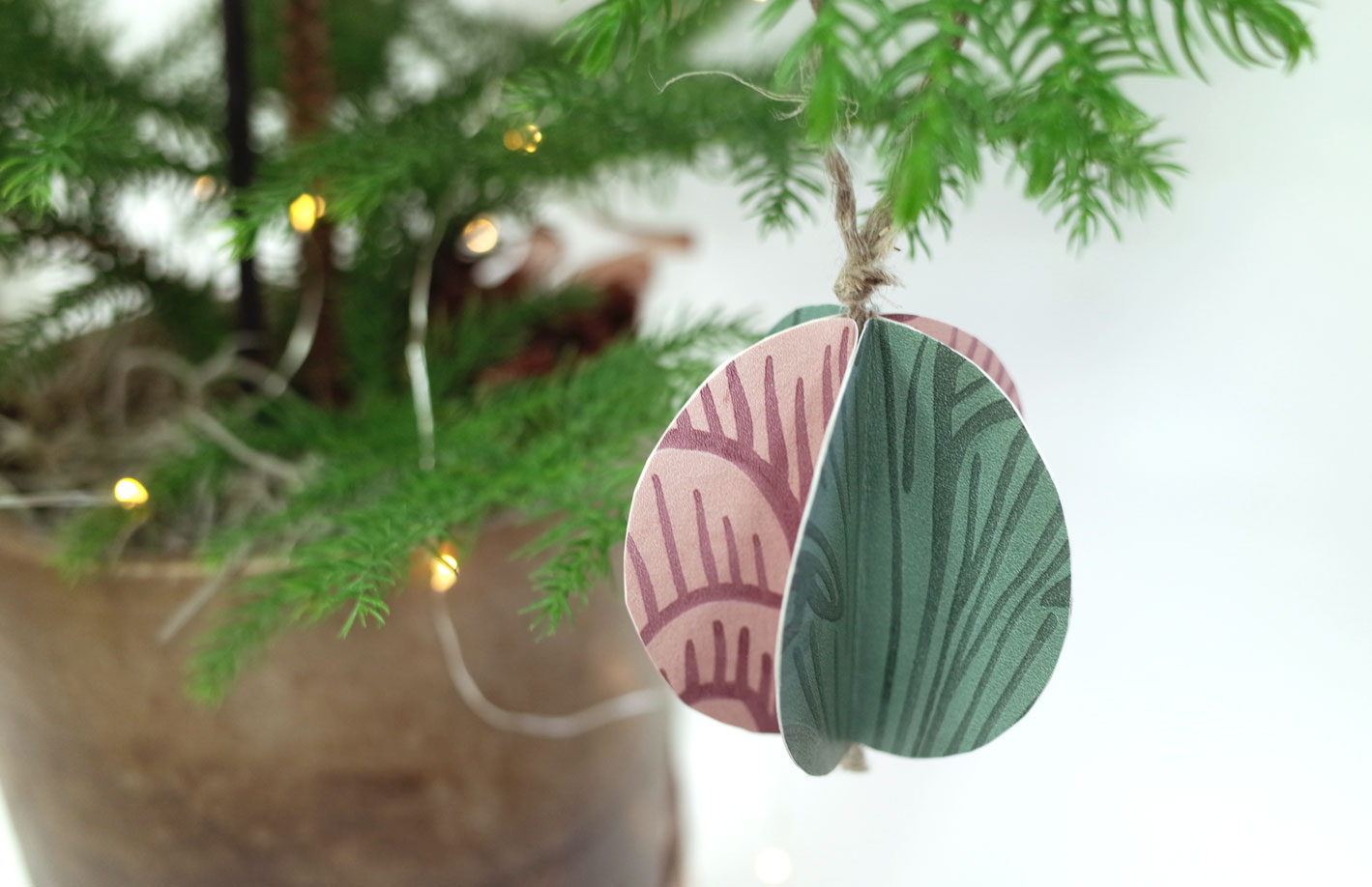 julpyssel-papperskulor-i-granen-rosa-grönt-midbec-tapeter