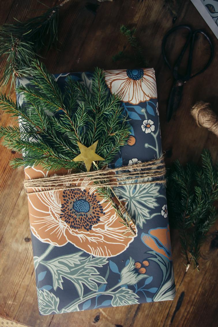 paketinslagning julklapp anemone midbec tapeter