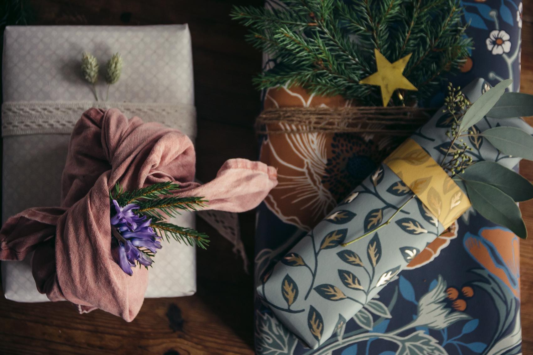 paketinslagning julklapp paket midbec tapeter 2