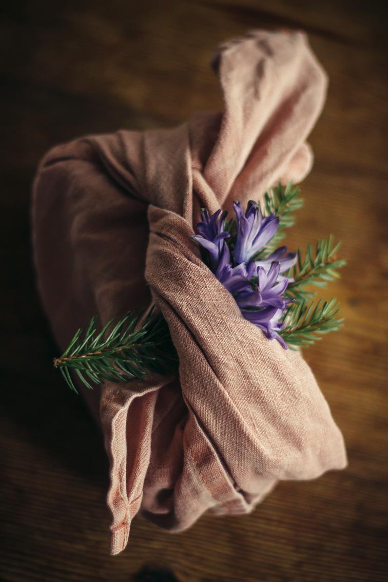 paketinslagning julklapp tyg midbec tapeter