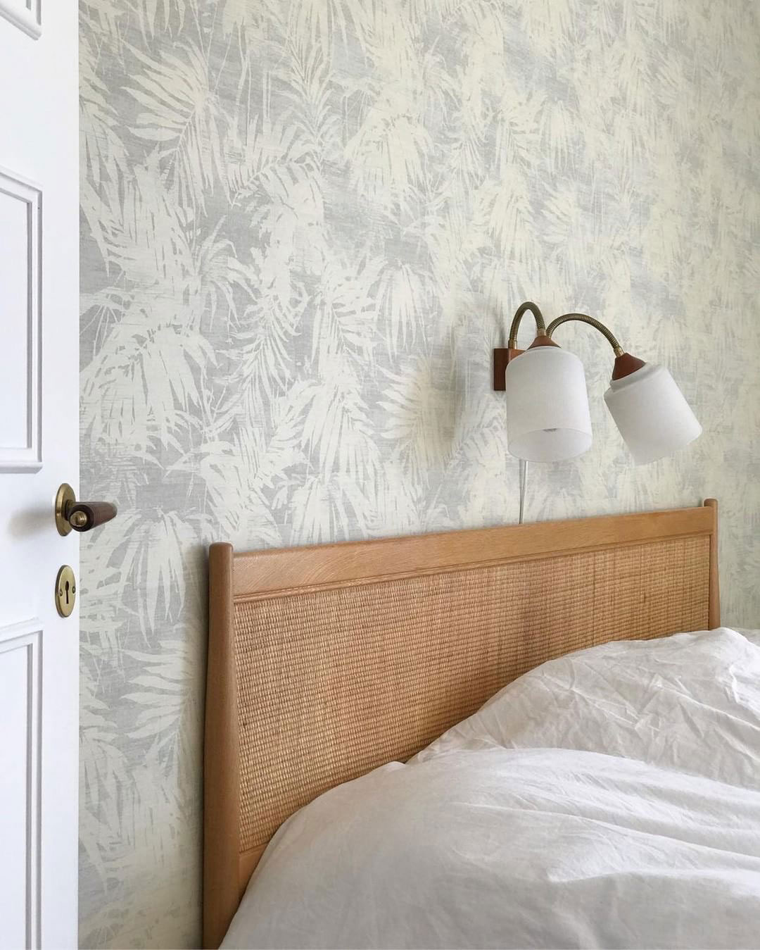 radhus-50-talet-gotland-sovrum-säng-midbec-tapeter