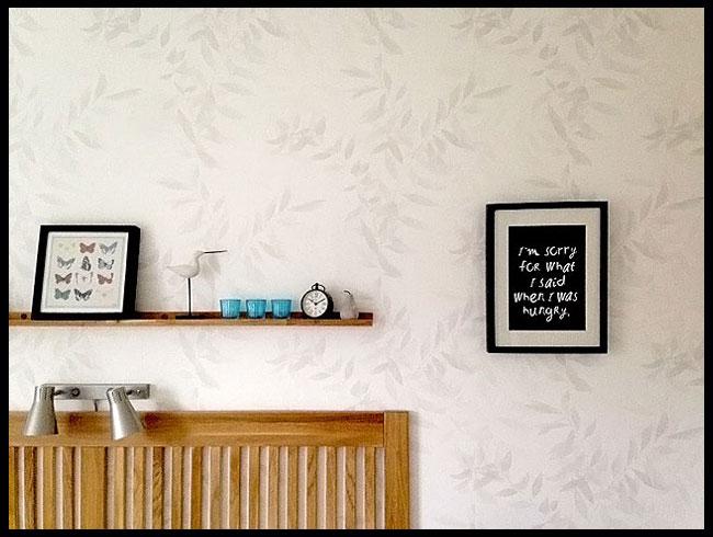 vit-sovrumstapet-med-blad-från-midbec