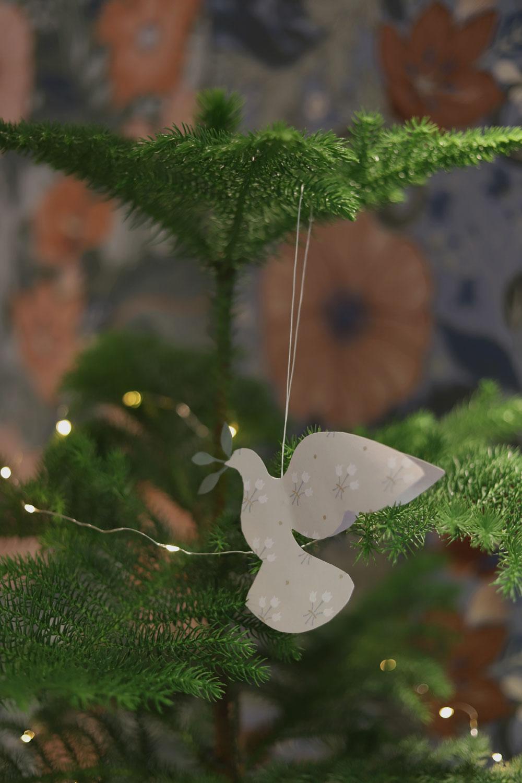 julpyssel-till-granen-fåglar-julfåglar-midbec-tapeter-1