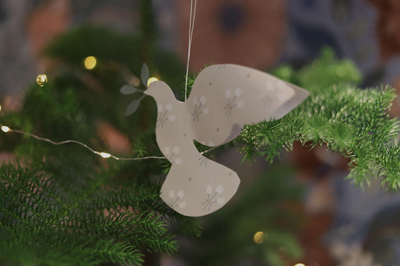 julpyssel-till-granen-fåglar-julfåglar-midbec-tapeter